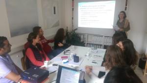Olga Ira Dimopoulou (rechts, stehend) beim Seminar. / Foto: Tryfon Kolitsopoulos